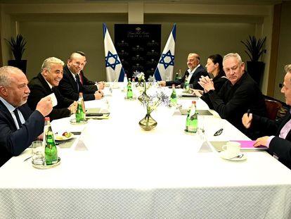En el sentido de las agujas del reloj: Avigdor Lieberman, (primero por la izquierda), Yair Lapid,  Naftali Bennett, Gideon Saar, Mansur Abbas, Merav Michaeli,  Benny Gantz y Nitzan Horowitz,  en la primera reunión de la nueva coalición israelí, el domingo en Tel Aviv.