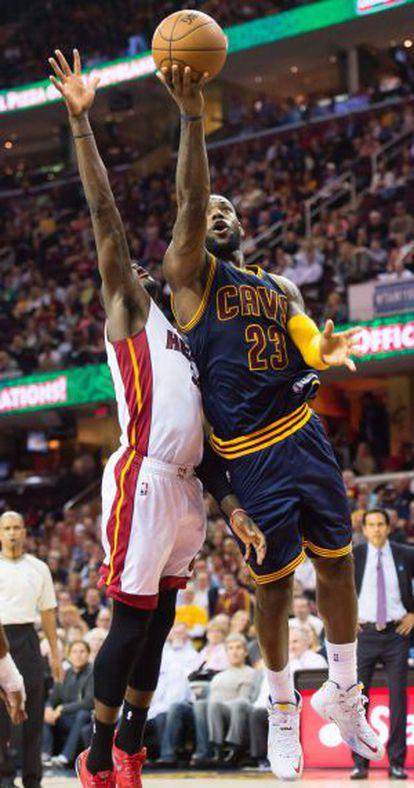 Ennis, de Miami, intenta de bloquear un tiro de LeBron James.