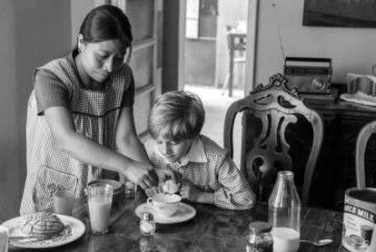 Cleo (Yalitza Aparicio) prepara el desayuno al más pequeño de los hermanos.