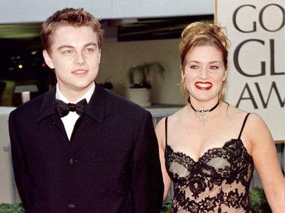 El actor Leonardo DiCaprio [i] junto con Kate Winslet, protagonistas de la película 'Titanic', llegan a la en la edición 55 de los premios Globos de Oro, en Beverly Hills.