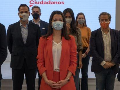 Inés Arrimadas posa en la sede del partido en Madrid con los miembros de la nueva ejecutiva permanente de Ciudadanos, el 15 de marzo.