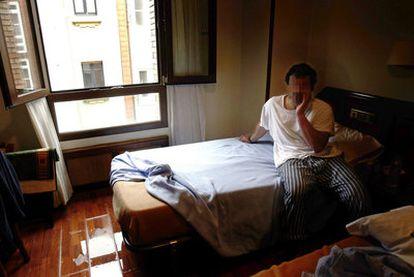 Walid Ibrahim Abu Hijazi, en la habitación de hotel en que vivió durante los primeros meses en España tras su salida de Guantánamo.