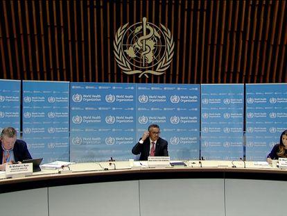 Michael Ryan, director del programa de emergencias (izuierda); Tedros Adhanom Ghebreyesus, director general (centro); y Maria Van Kerkhove, directora técnica, en la sede de la OMS en Ginebra.