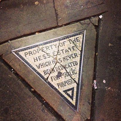 El Triángulo de Hess, el solar edificable más pequeño y más caro del mundo, se encuentra en la acera de la esquina oeste de la calle Christopher con la 7ª Avenida de Manhattan.