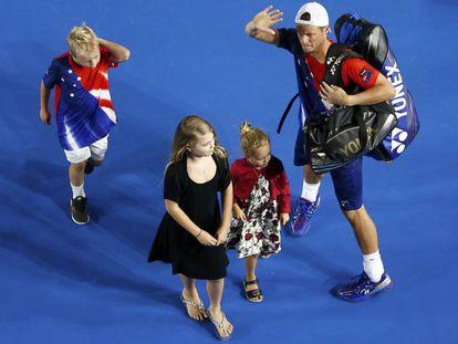Lleyton Hewitt abandona la pista con sus tres hijos.