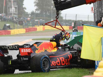 El coche de Sergio Pérez tras el impacto, este domingo en el circuito de Spa.