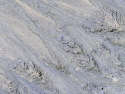Las imágenes de la sonda 'MRO', con las manchas delgadas y oscuras arriba a la izquierda, hicieron pensar en flujos de agua