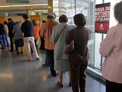 Cola de pacientes esperando en un centro sanitario de Barcelona.