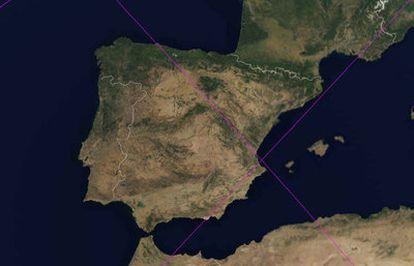 Órbitas del satélite <i>UARS</i> sobre España en el margen de tiempo de caída según la proyección de la empresa espacial española Elecnor-Deimos. La primera, a las 21.30 de hoy, es ascendente de oeste a este y entra por Almería saliendo por Valencia; la segunda, a las cinco de la mañana del sábado, es descendente y entra por Asturias.