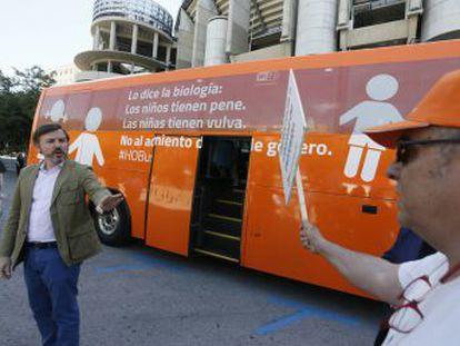 Decenas de personas le reciben con gritos de rechazo en la Puerta del Sol