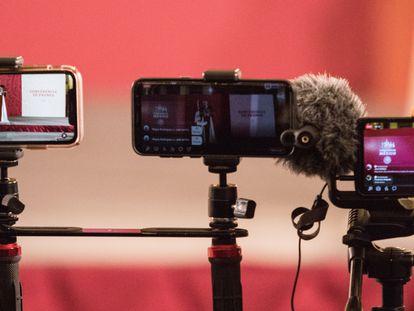 Reporteros transmiten con su celular la conferencia matutina del presidente López Obrador, en febrero del año pasado.