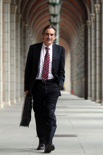 Valeriano Gómez camina hacia la puerta del Ministerio de Trabajo, el pasado viernes.