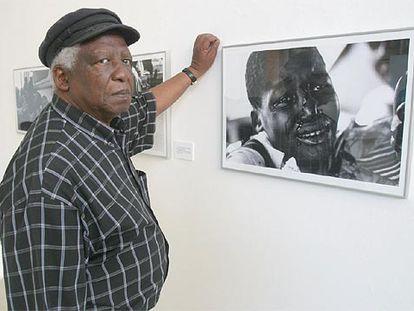 El fotógrafo Peter Magubane, frente a unas de sus obras.