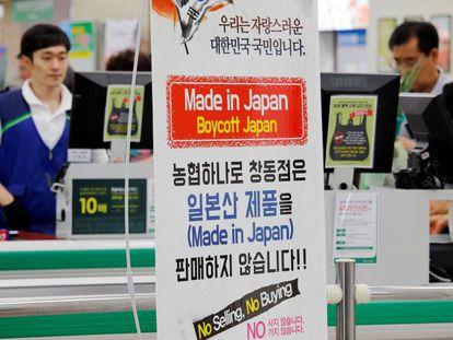 Un cartel a favor del boicot a los productos japoneses, la semana pasada en un mercado de Seúl.