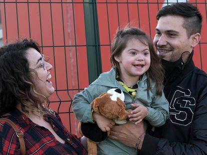 Ángela y Javier, con su hija Noa, a la que han denegado una plaza en un colegio de Oviedo.