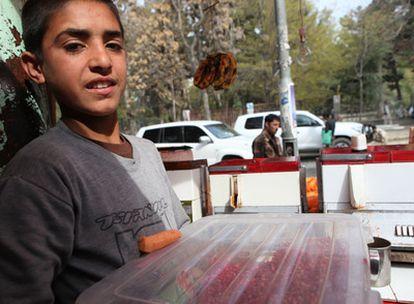 El niño Omid, en su puesto en el corazón de Kabul.