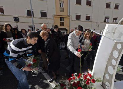 La hija de Isaias Carrasco, Sandra, a la izquierda, mientras el ex lehendakari Patxi López participa en la ofrenda floral al concejal asesinado por ETA
