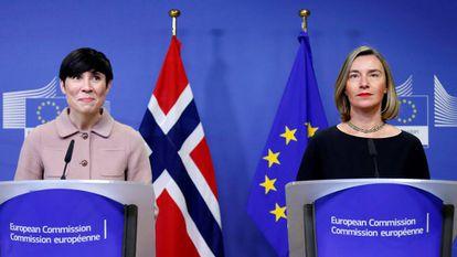La alta representante de la Unión para Asuntos Exteriores, Federica Mogherini, junto a la ministra de Exteriores de Noruega, Ine Marie Eriksen Soreide, este miércoles en Bruselas.