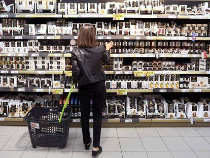 Una consumidora en un supermercado.