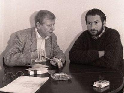El escritor y periodista alemán Hans Magnus Enzensberger (izquierda) entrevista a Joseba Sarrionaindia, en la cárcel de Martutene semanas antes de su fuga.