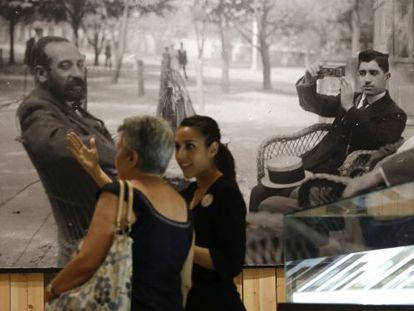Una de las fotografías sobre Madrid expuestas en el Centro Conde Duque.
