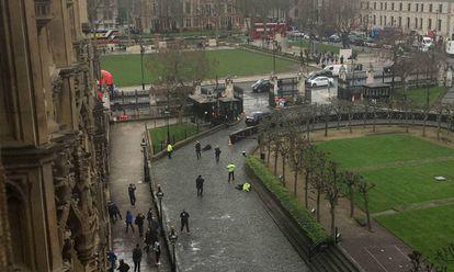 Momento en el que la policía abate al terrorista de Londres (centro). A la derecha, el agente asesinado.