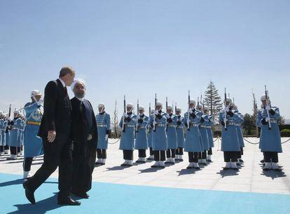 El presidente de Turquía, Recep Tayyip Erdogn, recibe a su homólogo iraní, Hassan Ruhani, en el palacio presidencial de Ankara.