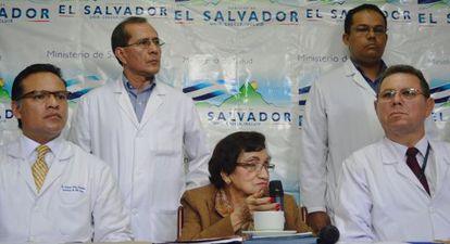 La ministra de Salud de El Salvador, María Isabel Rodríguez, y los médicos de Beatriz.