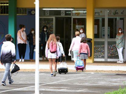 Alumnos a la entrada del colegio Macías Picavea de Santoña (Cantabria) este lunes.