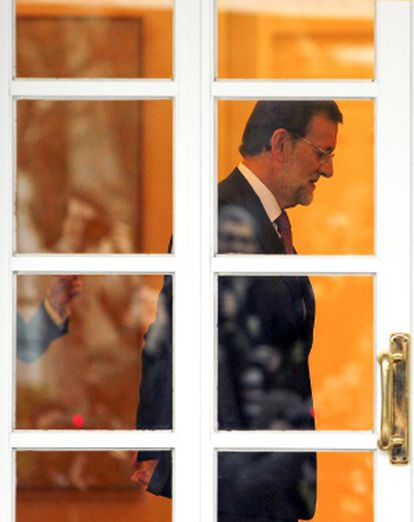 Mariano Rajoy, presidente del Gobierno, pasea por La Moncloa.