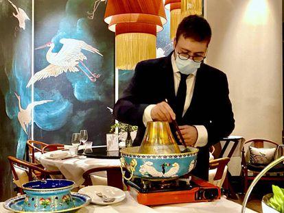 José Manuel Ruiz, jefe de sala, introduciendo ingredientes en la olla. J. C. CAPEL