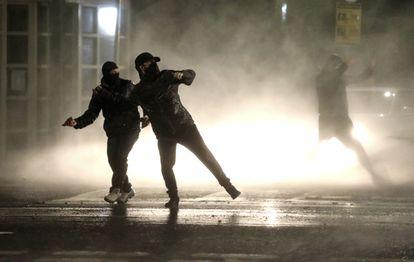 Jóvenes nacionalistas se enfrentaban a la policía en Belfast, el pasado jueves.