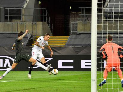 Ocampos trata de disparar a la portería de De Gea en la semifinal de Europa League entre el Sevilla y el United este domingo en Colonia (Alemania).