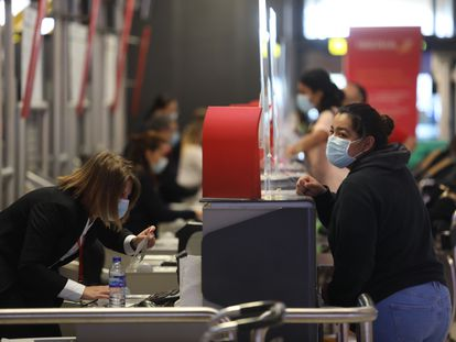 Viajeros en la Terminal 4 del aeropuerto de Madrid-Barajas, a principios de octubre.