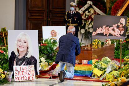 Un admirador de la cantante y presentadora Raffaella Carrà se arrodilla ante su féretro en la capilla ardiente en Roma.