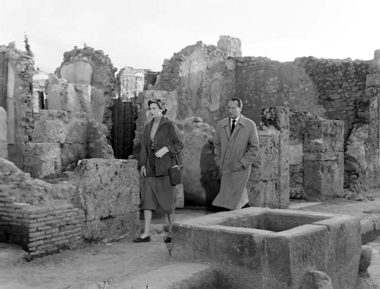 Ingrid Bergman y George Sanders en Pompeya en un fotograma de 'Te querré siempre' (1954)