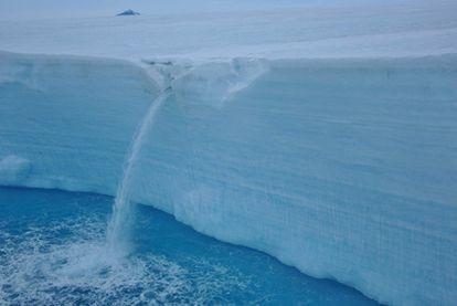 Cascada de agua proviniente de un glaciar