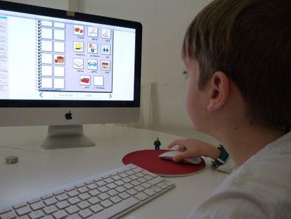 Un niño realiza actividades del colegio en el ordenador.