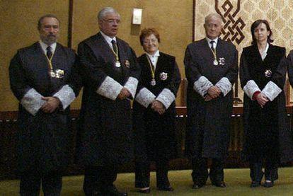 De izquierda a derecha, los magistrados del Tribunal Constitucional Manuel Aragón, Ramón Rodríguez Arribas, Elisa Pérez Vera, Javier Delgado Barrio y María Emilia Casas.