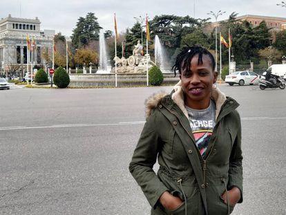 Emily Sini, nigeriana rescatada por el barco Aquarius el pasado julio, posa en la plaza de Cibeles después de su charla en el encuentro Ilegal es dejarles morir organizado por la Comisión Española de Ayuda al Refugiado en el Ayuntamiento de Madrid el 18 de diciembre, Día Internacional del Migrante.