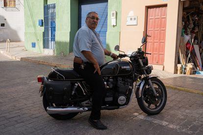 Hamed, vecino de la Acera del Negrete, posa subido en su moto, un emblema con el que lleva rodando 40 años por las calles de Melilla.