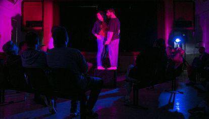 Sandra Pujol y Xavier Teixidó durante la obra Wasted, en la Modelo.