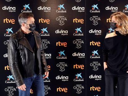 Antonio Banderas y lMaría Casado posan en la presentación de la gala de la 35ª edición de los Premios Goya.