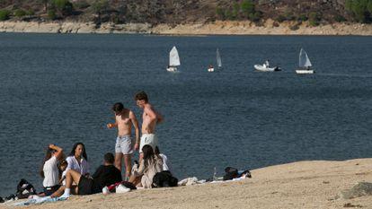 Bañistas y regatistas en el pantano de San Juan, este sábado.