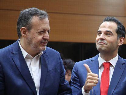 Alberto Reyero (izquierdo) junto a Ignacio Aguado, antes de la segunda sesión de investidura del Isabel Díaz Ayuso, el pasado agosto.