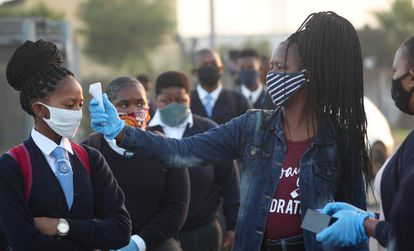Una profesora toma la temperatura en Ciudad de Cabo.
