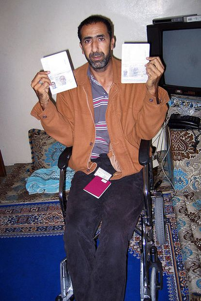 Ahmed Gachbar Baillal muestra su pasaporte y el de su padre, ambos españoles, en su casa de El Aaiún.