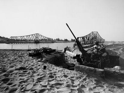 Dos soldados junto al canal de Suez durante la Guerra de los Seis Días (1967).