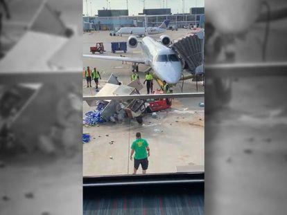 En vídeo, el carrito de catering círcula sin control hasta que un operario de equipajes logra volcarlo.