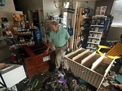 Bill Wheeler en su negocio tras el paso del huracán Florence en New Bern, Carolina del Norte / En vídeo, el paso del ciclón Florence por Estados Unidos REUTERS-QUALITY